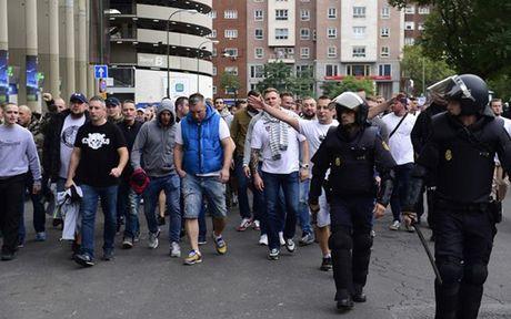 Chum anh: CDV Legia Warsaw 'hon chien' voi canh sat Madrid - Anh 3