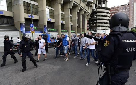 Chum anh: CDV Legia Warsaw 'hon chien' voi canh sat Madrid - Anh 4