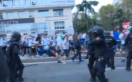 Chum anh: CDV Legia Warsaw 'hon chien' voi canh sat Madrid - Anh 6