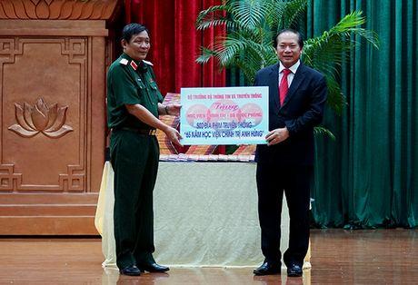 Bộ trưởng Trương Minh Tuấn tặng phim tư liệu cho Học viện Chính trị