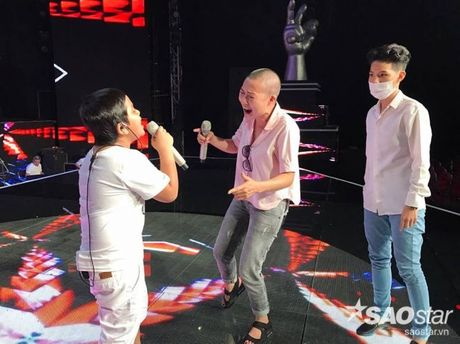 Phương Thanh xuất hiện với mái đầu trọc, Hồng Nhung đưa 2 con gái đi tổng duyệt Liveshow 6