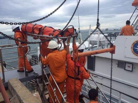 Cứu ngư dân hôn mê, tím tái trên biển Hoàng Sa