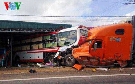 Xe container đâm nát đuôi xe khách, một người trọng thương