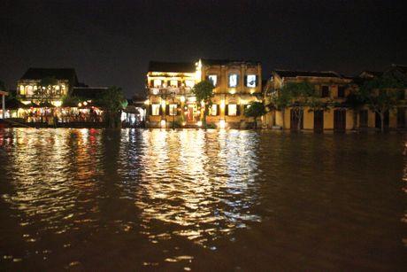 Nước lũ chảy qua phố cổ Hội An, khách Tây thích thú chèo thuyền ngắm phố