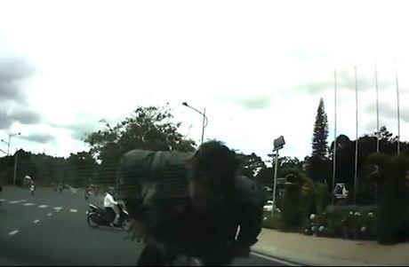 Tránh xe máy sang đường, thanh niên bay thẳng lên nắp capo ôtô