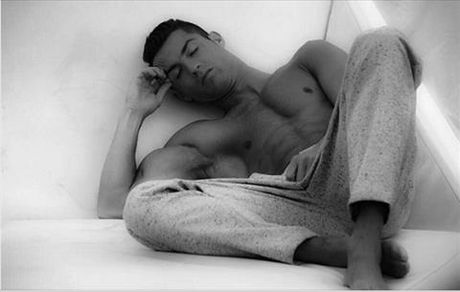 "Cristiano Ronaldo: ""Trai dep ngu trong rung"" - Anh 2"