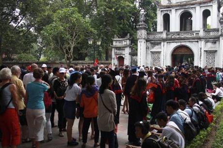 Sinh viên chen chúc chụp ảnh kỷ yếu ở Văn Miếu