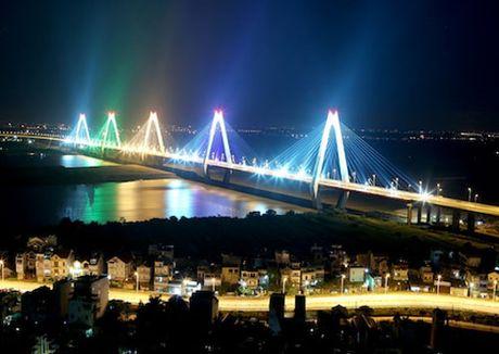 Lắp đèn led đổi màu trên cầu Nhật Tân trước Tết Nguyên đán 2017