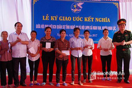 Hoi phu nu Bo CHQS tinh ket nghia, tang qua Hoi phu nu xa Nghi Van - Anh 1