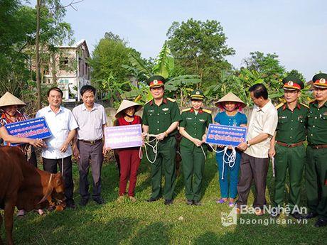 Hoi phu nu Bo CHQS tinh ket nghia, tang qua Hoi phu nu xa Nghi Van - Anh 2