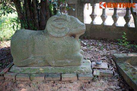 Dấu tích nguyên gốc duy nhất còn sót lại của khu lăng mộ là một tượng cừu đá, được cho là cùng một cặp với tượng cừu ở chùa Dâu. Theo một truyền thuyết, đây vốn là hai con cừu Sĩ Nhiếp nuôi. Sau khi ông mất cả hai con đi lạc, một con tìm về được mộ chủ, con còn lại thì lạc đến chùa Dâu...