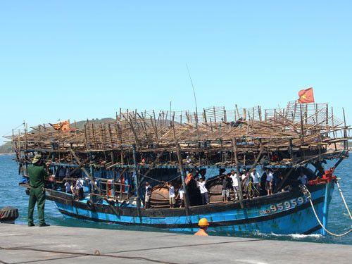 Tàu câu mực với 34 ngư dân bị đâm chìm ở Hoàng Sa